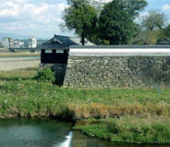 球磨川沿に佇む 人吉城(別名繊月城)